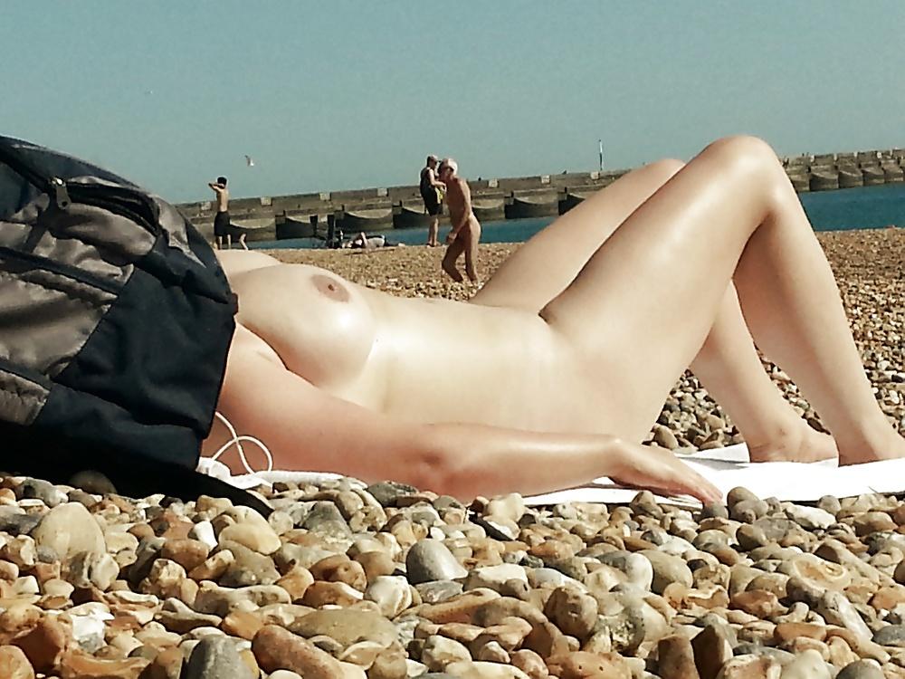 【画像100枚】ヌーディストビーチに割と子供みたいなのがいるんだが、、、ええのんか?・1枚目