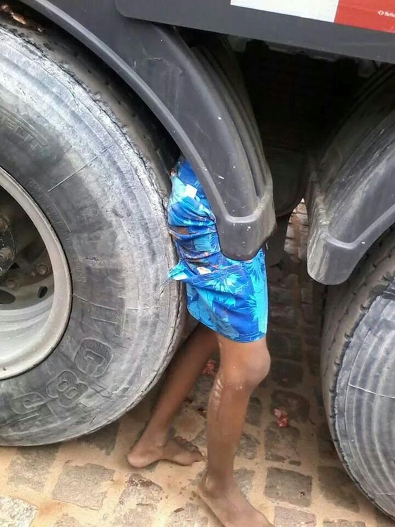 【閲覧注意・まとめ】トラックの隙間に「下半身」しかない少年が見つかる。・5枚目