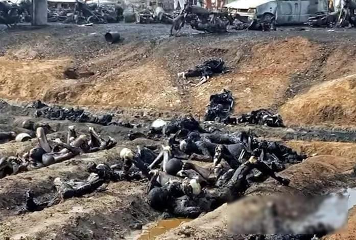 【閲覧注意・速報】150人近くが死んだパキスタンのタンクローリーの事故現場が地獄すぎる・・・(画像)・1枚目