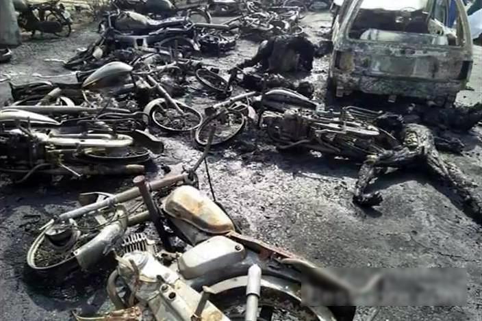【閲覧注意・速報】150人近くが死んだパキスタンのタンクローリーの事故現場が地獄すぎる・・・(画像)・6枚目