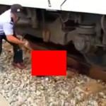 【閲覧注意】電車で自殺した遺体を処理する人を撮影した映像。雑過ぎ(動画)