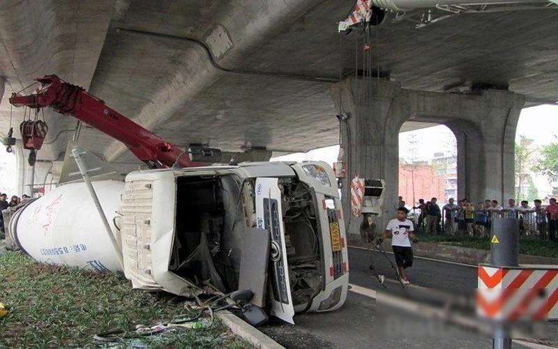 【閲覧注意】ミキサー車に押し潰された女性、ペシャンコ。(画像)・1枚目