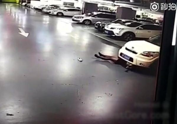 【衝撃】自 分 の 車 に 轢 き 殺 さ れ た 女 性 の 映 像 ヤ バ す ぎ。(動画)