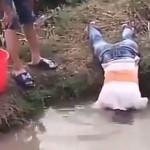 画期的な方法で魚を捕獲する少年が意外な生物を釣る。(動画)