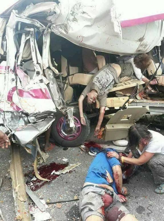 【閲覧注意】バスとトラックの事故現場、まさに地獄絵図・・・(動画)・2枚目