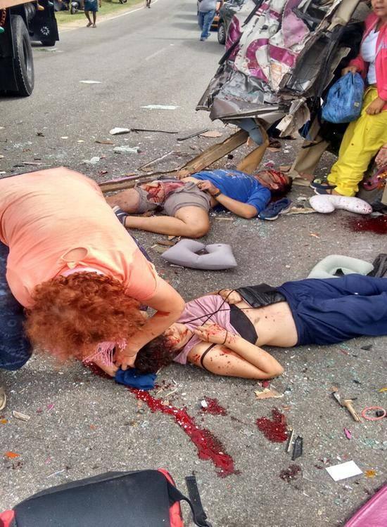【閲覧注意】バスとトラックの事故現場、まさに地獄絵図・・・(動画)・6枚目