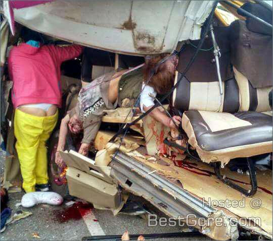 【閲覧注意】バスとトラックの事故現場、まさに地獄絵図・・・(動画)・8枚目