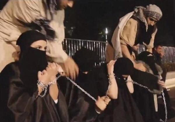 【胸糞注意】ISIS、拉致した女の子たちを奴隷市場で取引する光景をご覧下さい・・・。チンポしゃぶらせてるやんけ。。。(画像あり)