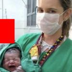 出産後、助産師さんと赤ちゃんが記念撮影。脇に映り込んでるモノが衝撃的・・・(画像1枚)