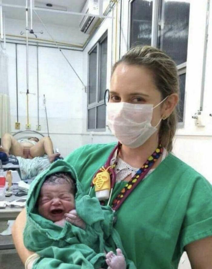 出産後、助産師さんと赤ちゃんが記念撮影。脇に映り込んでるモノが衝撃的・・・(画像1枚)・1枚目