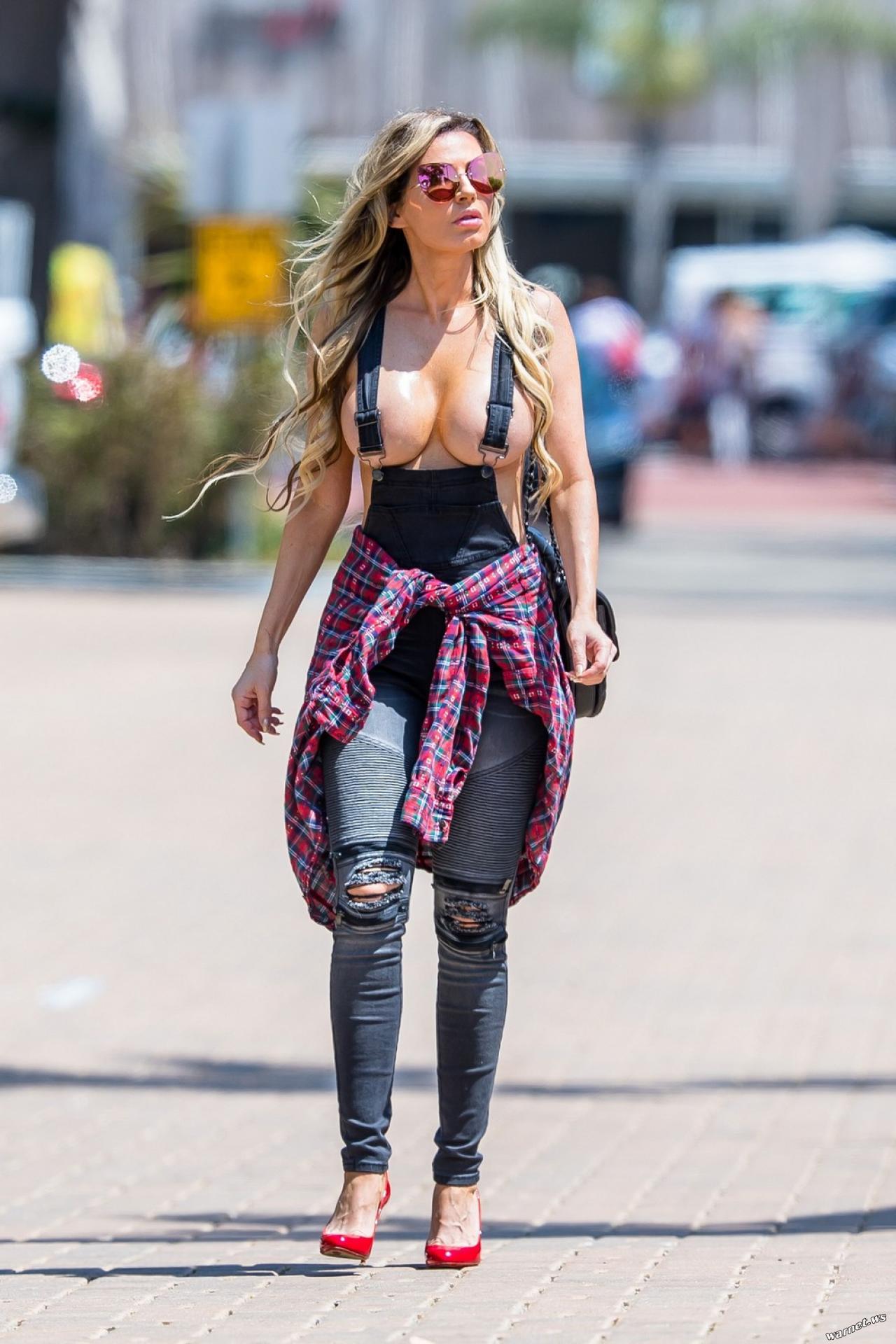 世界のモデルまんさん、とんでもない格好で街を散歩する。(画像)・11枚目