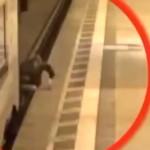 【衝撃】自殺する気ないのに列車とホームに挟まれた男性グルグル回る・・・(動画)