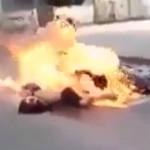 【閲覧注意】事故で燃え盛るバイカー、、「ちょっとだけ」 生きてる・・・(動画)