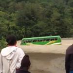 クレイジーすぎるスクールバス運転手、子供たちの命を懸けて川を渡る・・・(動画)
