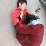 【衝撃】将来必ずクズになる少年、母親を殺そうとする。(動画)