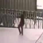 【衝撃】飛び降りる自殺者を受け止めようとする勇敢な男性。結局両方死ぬ・・・(動画)