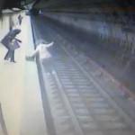 【衝撃】女性をホームに落とし列車に轢かせた女ヤバすぎる・・・(動画)
