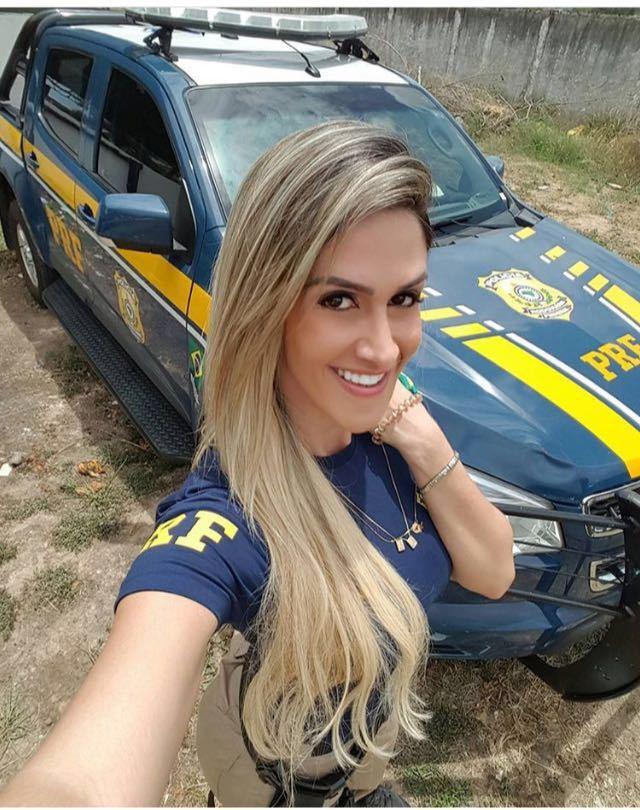 美女の警官がプライベートで公開した画像。過激すぎやろ・・・(画像)・1枚目