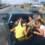 【衝撃】荷台に大勢の女性を乗せた車が激突される瞬間。これは怖いやろ(動画)
