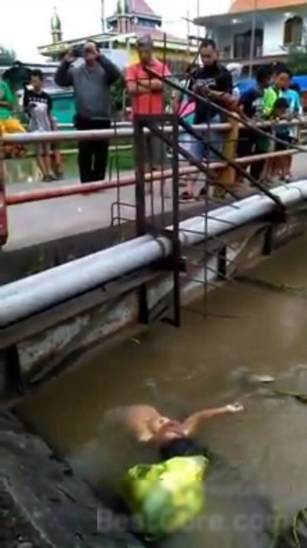 【閲覧注意】川から流れてきた爆乳女性の遺体。エロいけどグロいわ(画像)・2枚目