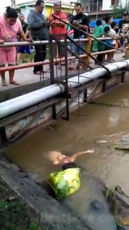 【閲覧注意】川から流れてきた爆乳女性の遺体。エロいけどグロいわ(画像)・3枚目