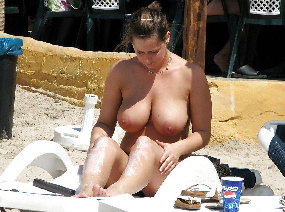 【驚愕】ヌーディストビーチに降臨した「爆乳女子」これはエロい。(画像)・6枚目