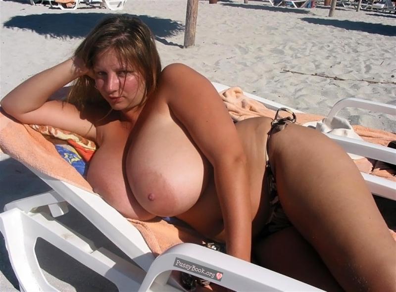 【画像あり】ヌーディストビーチに現れた「神乳」女性マジでエロすぎ。・3枚目