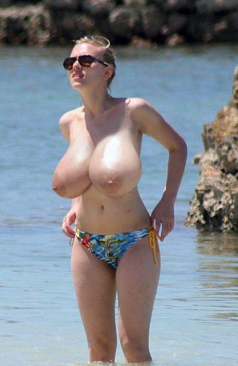 【画像あり】ヌーディストビーチに現れた「神乳」女性マジでエロすぎ。・7枚目