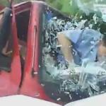 【衝撃の瞬間】正面衝突でマンガのようにフロントガラスを突き破るドライバーがこちら。(動画)