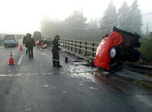 【閲覧注意】車が真っ二つになる事故現場。乗っていた人は?(画像)・1枚目