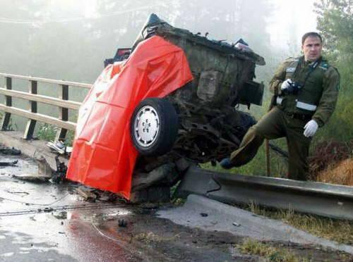【閲覧注意】車が真っ二つになる事故現場。乗っていた人は?(画像)・2枚目