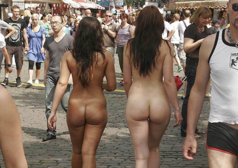 【画像】海外の街中で白昼堂々と裸体を晒す女性をご覧ください。・3枚目