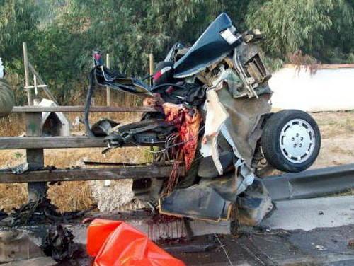 【閲覧注意】車が真っ二つになる事故現場。乗っていた人は?(画像)・3枚目