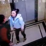 【阿呆】エレベーターにイラッとした中国の男の末路。。(動画)