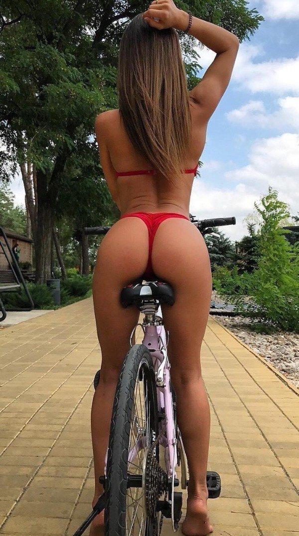 【画像】ただただ自転車に乗ってる女性を撮影した写真マジでエロすぎ。・15枚目