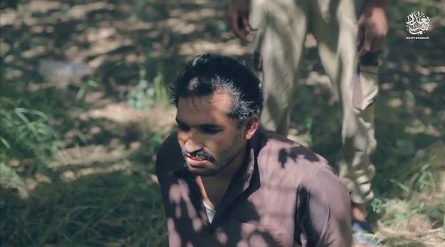 【閲覧注意】ISISのハンドガンにより処刑動画、全てを諦めた男の表情がキツい・・・・・(画像、動画)・1枚目