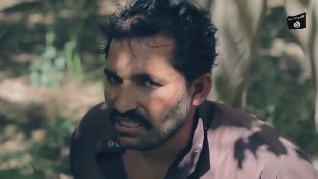 【閲覧注意】ISISのハンドガンにより処刑動画、全てを諦めた男の表情がキツい・・・・・(画像、動画)・2枚目
