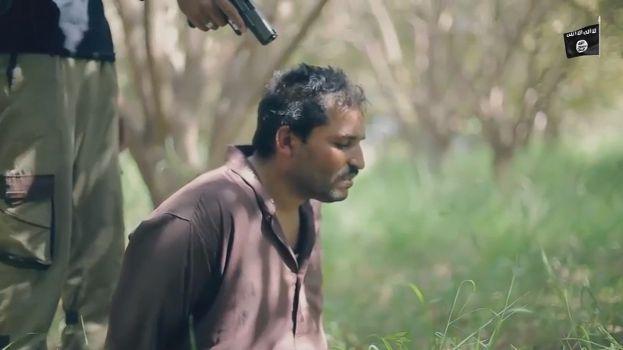 【閲覧注意】ISISのハンドガンにより処刑動画、全てを諦めた男の表情がキツい・・・・・(画像、動画)・4枚目