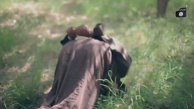 【閲覧注意】ISISのハンドガンにより処刑動画、全てを諦めた男の表情がキツい・・・・・(画像、動画)・12枚目