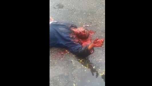 【グロ注意】ヘッドショット決められた男性、血の噴き出し方がエグ過ぎ・・・・・(画像、動画)・2枚目