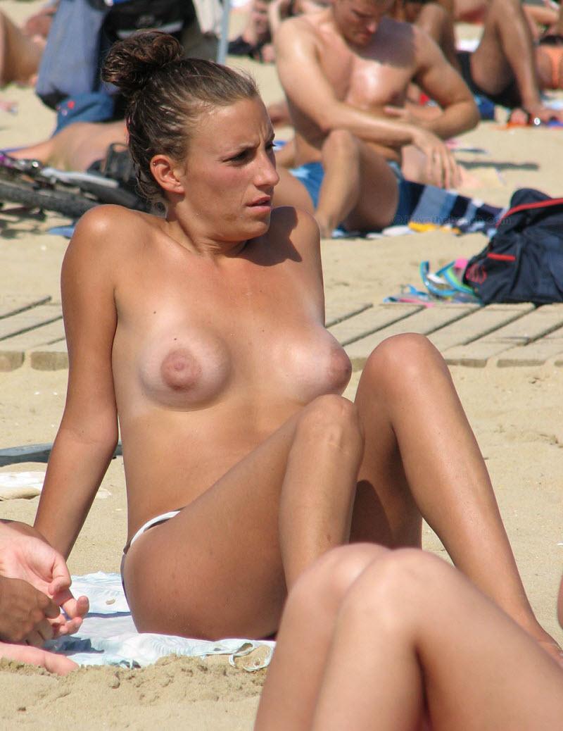 【天国】ヌーディストビーチじゃない一般ビーチでも日焼けの為にトップレスになる外人ネキ、これは渡米不可避wwwwwww(画像)・5枚目