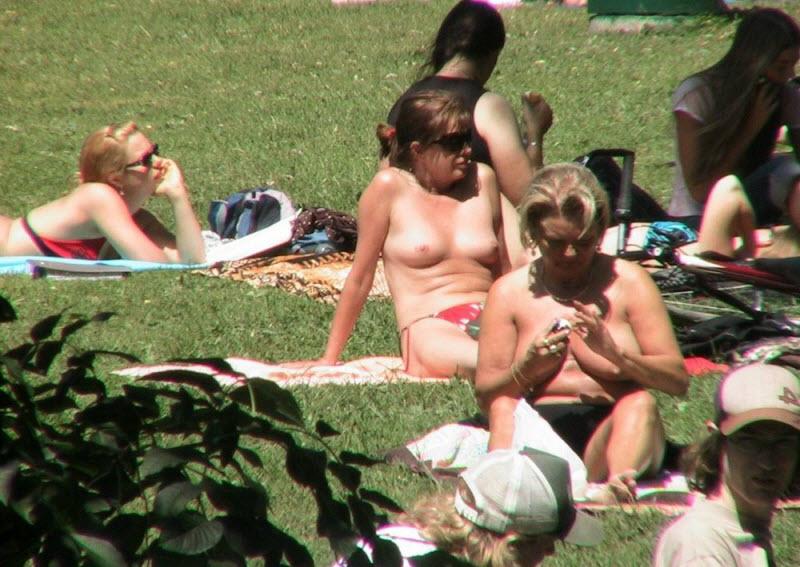 【天国】ヌーディストビーチじゃない一般ビーチでも日焼けの為にトップレスになる外人ネキ、これは渡米不可避wwwwwww(画像)・22枚目