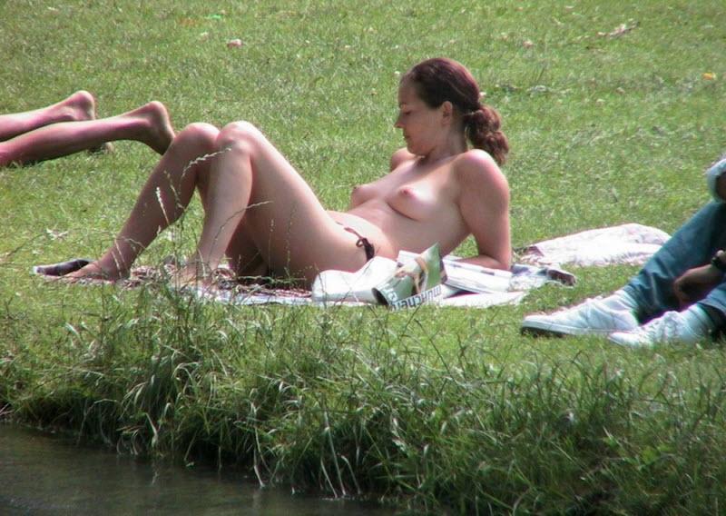 【天国】ヌーディストビーチじゃない一般ビーチでも日焼けの為にトップレスになる外人ネキ、これは渡米不可避wwwwwww(画像)・24枚目