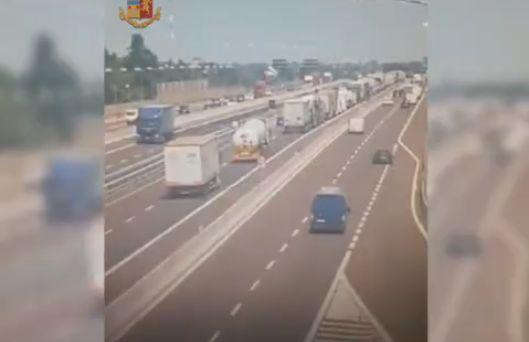 【衝撃】イタリアで起こったタンクローリーの追突事故、キノコ雲がヤバい!!(画像、動画)・1枚目
