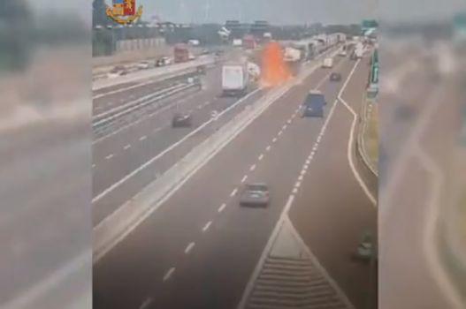 【衝撃】イタリアで起こったタンクローリーの追突事故、キノコ雲がヤバい!!(画像、動画)・2枚目