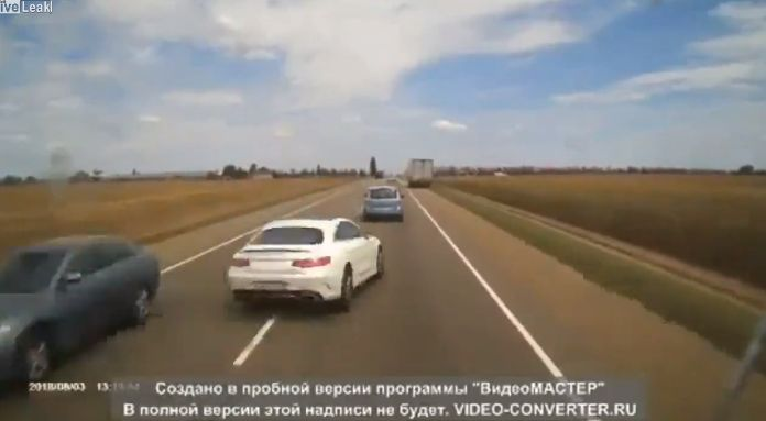 【自業自得】無理な追い越し掛けたおっさん、対向車はギリギリ避けるも側道にハミ出て即死・・・・・(画像、動画)・1枚目