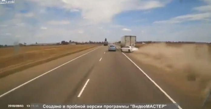 【自業自得】無理な追い越し掛けたおっさん、対向車はギリギリ避けるも側道にハミ出て即死・・・・・(画像、動画)・2枚目