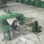 【地獄車】中国工場で機械に巻き込まれた男性、数分間誰にも知られず回転し続ける・・・・・(画像、動画)
