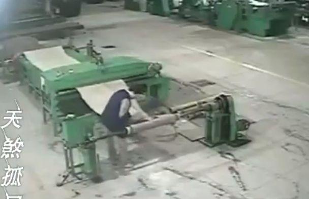 【地獄車】中国工場で機械に巻き込まれた男性、数分間誰にも知られず回転し続ける・・・・・(画像、動画)・1枚目