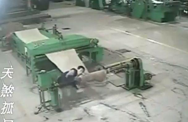 【地獄車】中国工場で機械に巻き込まれた男性、数分間誰にも知られず回転し続ける・・・・・(画像、動画)・2枚目